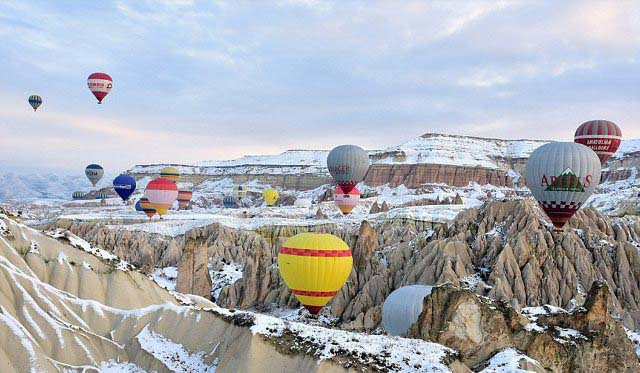 آسمان پُر از بالن های رنگارنگ در ترکیه