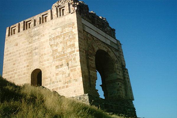دیدن قلعه ضحاک در عجب شیر را از دست ندهید
